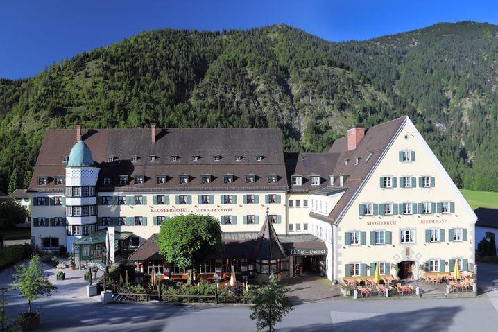 """Übernachten auf Vier-Sterne-Niveau: Klosterhotel """"Ludwig der Bayer"""" der Benediktinerabtei Ettal."""