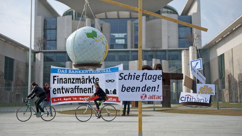 Attac-Kundgebung in Berlin: Einen zweiten Schlag wie 2008 würde die Weltwirtschaft kaum verkraften - die Staaten haben kaum noch Mittel, gegenzuhalten