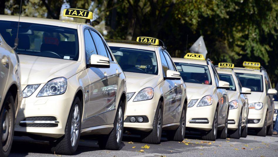 Daimler-Herrschaft am Taxistand: Doch der Autobauer gerät wegen seiner digitalen Unternehmungen in die Kritik