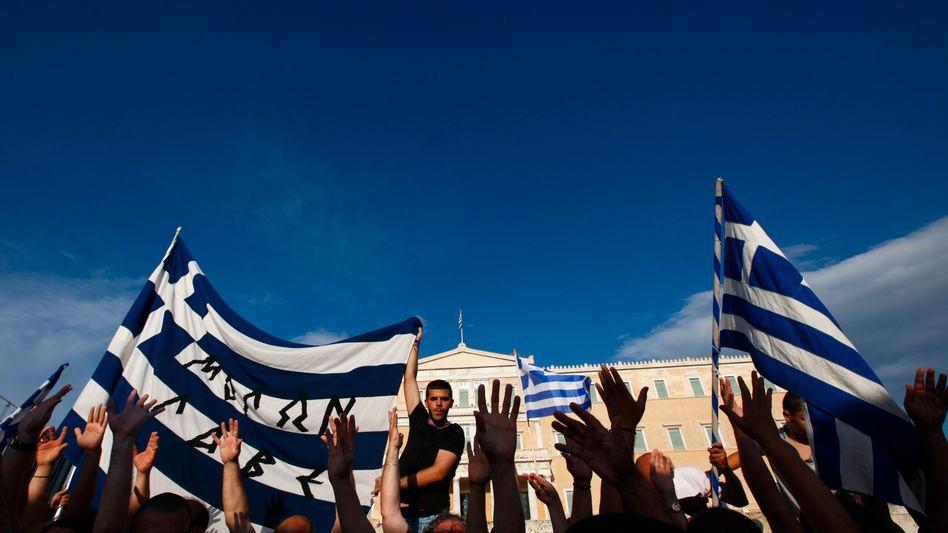 Kundgebung in Athen: Die Bürger Griechenlands sind über die neuen Hilfen erleichtert - und Hedgefonds sind in großer Zahl hocherfreut