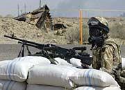 Gefecht auf dem Weg nach Bagdad: Ein britischer Soldat in der Nähe eines zerstörten irakischen Panzers