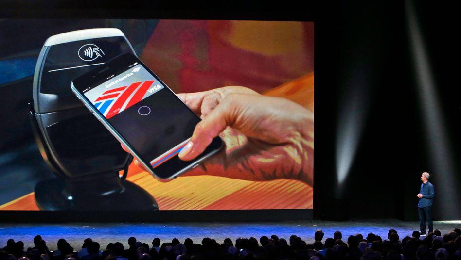 Zahlen, bitte: Apple-Chef Tim Cook demonstriert Apple Pay