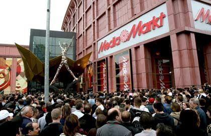 Krisengewinner: Wenn ein Fachmarkt eröffnet wie im Berliner Einkaufszentrum Alexa, stehen die Kunden schon mal lange an