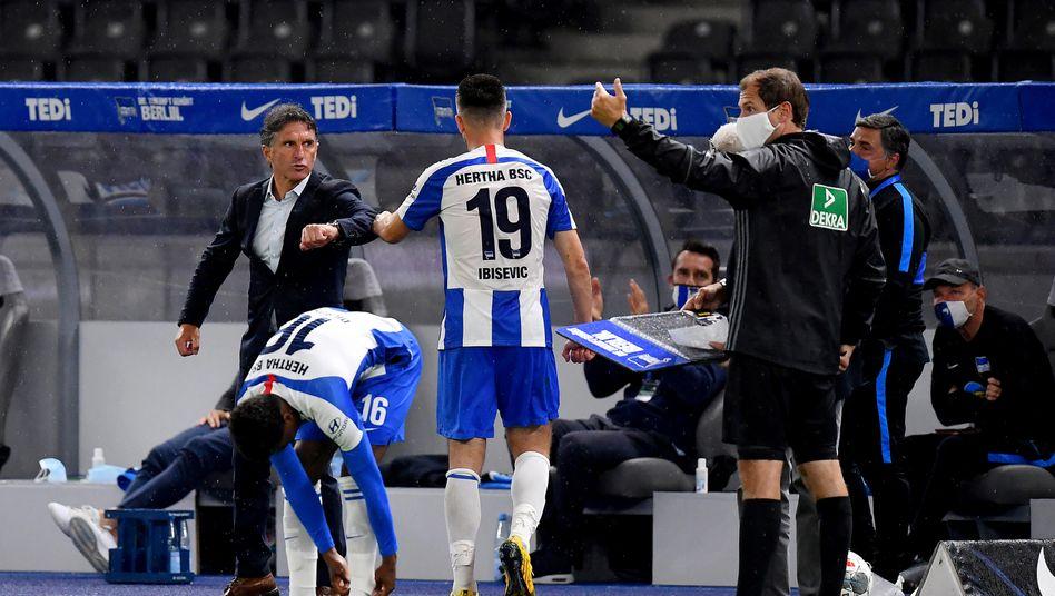 Bundesliga mit Mundschutz: Blick auf die Hertha-Bank beim Spiel gegen Union Berlin
