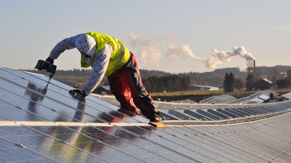 Arbeiter in Solarpark in Leutkirch (Kreis Ravensburg)