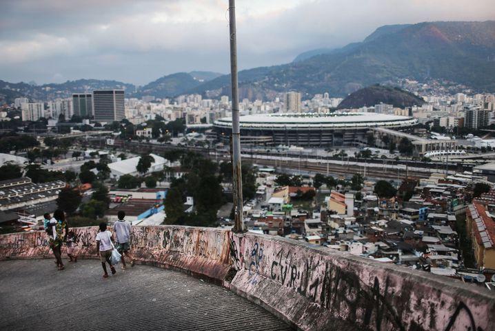 Favela-Blick auf das Maracanã: Höher, schneller, weiter geht es mit Brasiliens Wirtschaft derzeit nicht