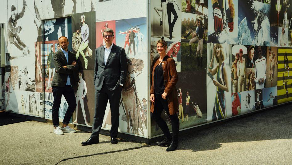 Trio Bravo: Vertriebschef Heinz Hackl, Treuhänder Arndt Geiwitz und CFO Gerrit Schneider (v. l.) posieren vor der Firmenzentrale