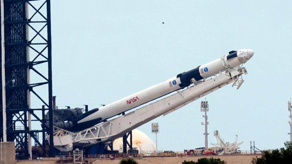SpaceX Falcon 9 mit einer Dragon-Raumfahrerkapsel an der Spitze: Mit dieser Rakete sollen am Samstag Astronauten zur ISS starten.