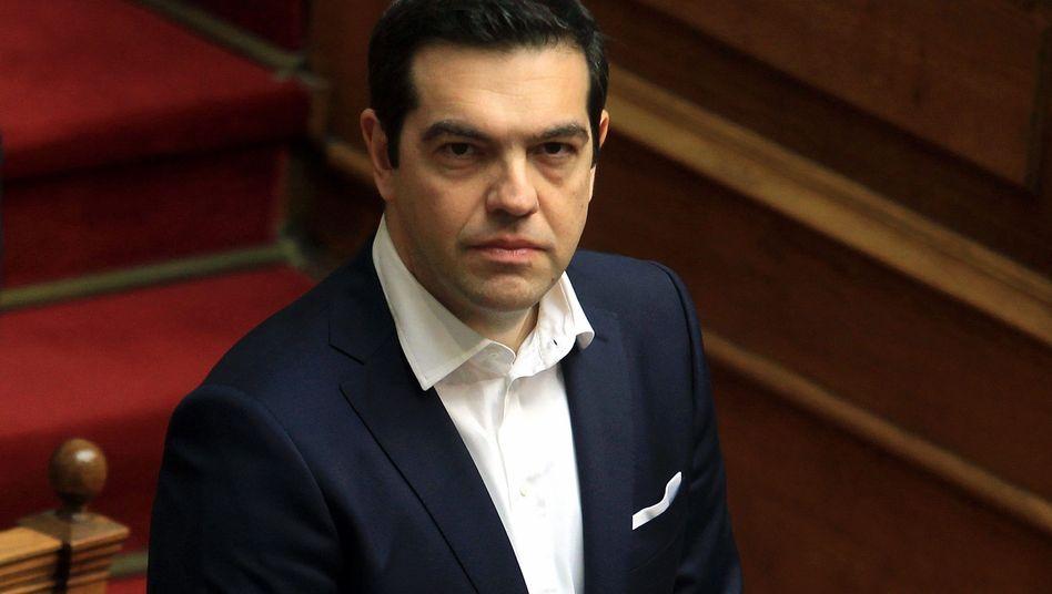 Spielt russisches Roulette mit seinem Land: Griechenlands Premier Alexis Tsipras braucht kurzfristig Milliarden, dennoch setzt er die Geldgeber vor die Tür. Heute Abend wird er im kleinen Kreis unter anderem mit Kanzlerin erklären müssen