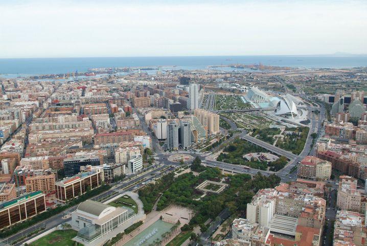 Das trockengelegte Flussbett des Rio Turia führt Valencia-Besucher zur futuristischen Stadt der Künste und Wissenschaften.