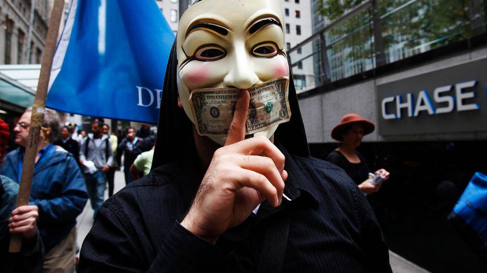 Demonstrant mit Guy-Fawkes-Maske: Es bleibt zu hoffen, dass die Demonstranten das historische Vorbild nicht zu ernst nehmen - denn traditionell brennen am 5. November Fackelumzüge statt