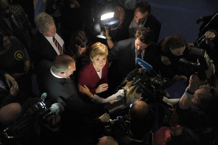 Nicola Sturgeon, schottische Regierungschefin und scharfe Gegnerin von Theresa May, kündigt harten Widerstand gegen die Brexit-Pläne der britischen Premierministerin an