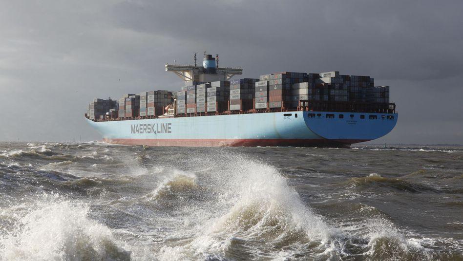 """In schwerer See: Die """"Elly Maersk"""" von Møller-Mærsk, eines der größten Containerschiffe weltweit, bei der Ankunft in Bremerhaven"""