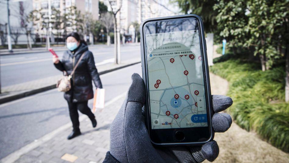 Tracked: Mit einer App des chinesischen Baidu-Konzerns lassen sich Wege und Kontakt von Covid-19-Patienten verfolgen, hier in Shanghai.