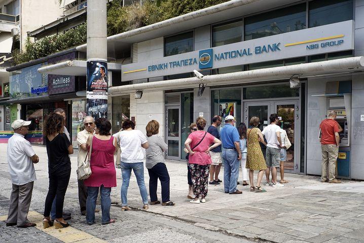 National Bank in Athen: 60 Euro pro Tag und Person dürfen Griechen abheben. Ausländer bekommen mehr