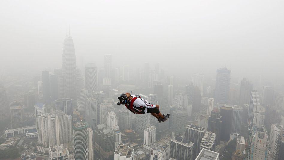 Base Jumper in Kuala Lumpur: Die Stimmung ist bestens - und die Risiken sind so hoch wie selten zuvor