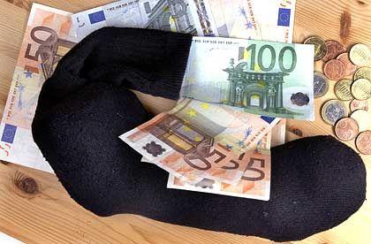 Endstation Sparstrumpf: Festverzinsliche Papiere bringen Minirenditen - Aktien dagegen bieten maximale Risiken