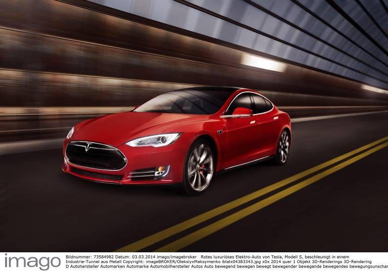Rotes luxuriöses Elektro Auto von Tesla Modell S beschleunigt in einem Industrie Tunnel aus Metall