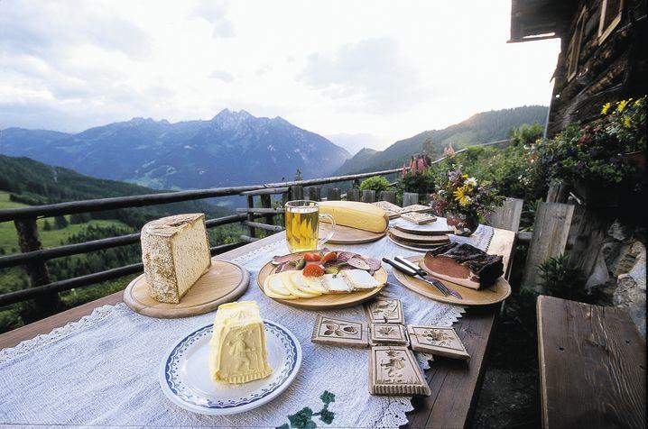 Bergwandern macht hungrig. Gut, dass es entlang der Wege genügend Gasthöfe gibt, in denen man eine zünftige Jause einnehmen kann