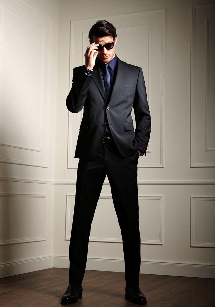 In intellektuellen Kreisen ist der schwarze Anzug Standard - hier ein Modell von Atelier Torino aus reiner Wolle (ca. 399 Euro). Es geht auch deutlich teurer.