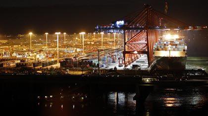 Stau am Hafen: Gelöschte Ladung kann nicht weitertransportiert werden
