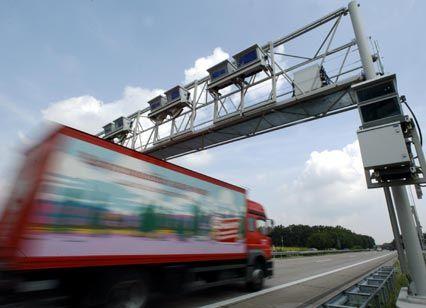 Vorerst keine Gebühren: Lkw-Maut-Kontrollbrücke