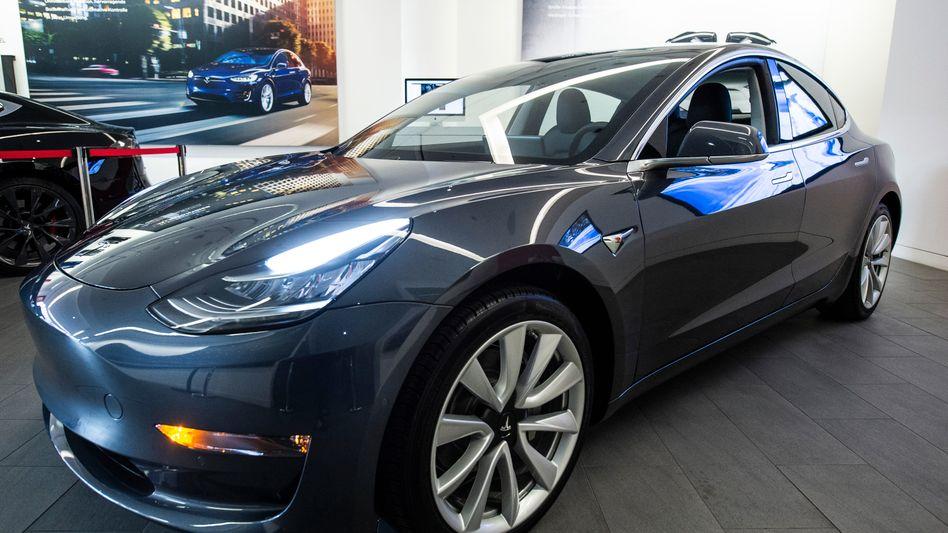 Tesla Model 3 in einem Ausstellungsraum