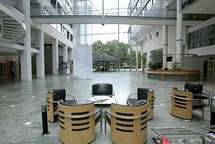 Aufgeräumte Weite: Im Eingangsbereich der Telekom-Zentrale an der Bonner Friedrich-Ebert-Allee herrscht kein Platzmangel.