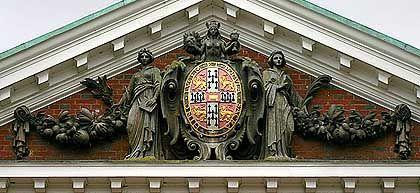 Enthält Symbole der Freimaurer und anderer Geheimbünde: Das Wappen der Universität Cambridge