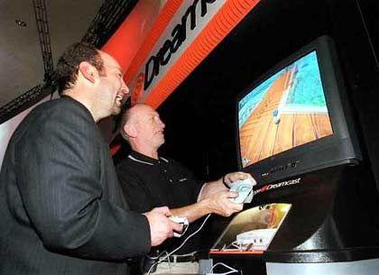 Ab sofort bei Microsoft: Peter Moore (l.), hier mit seinem Ex-Chef , dem Präsidenten und CEO von Sega, Bernard Stollar