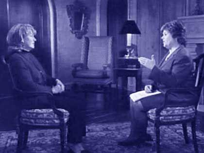 Linda Lay (l.) beim TV-Interview in ihrem Haus.
