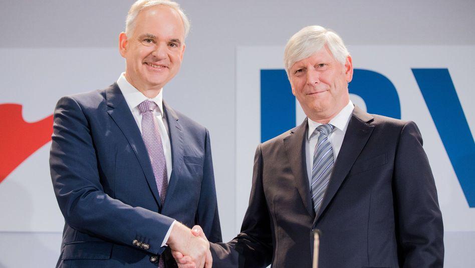 Eon-Chef Johannes Teyssen (l.) und RWE-Chef Rolf Martin Schmitz bei der Ankündigung ihres Deals am 13. März 2018 in Essen.