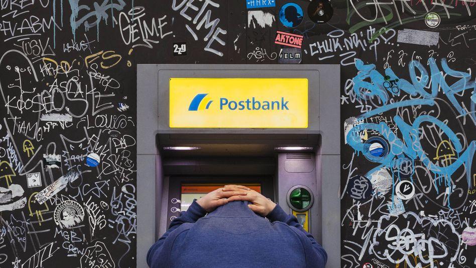 Der Wert des Geldes schrumpft: Auch weil Banken Guthaben immer früher mit sogenannten Verwahrentgelten belasten - in einigen Fällen schon ab 5000 Euro