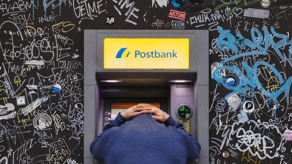 Geld vermindern statt vermehren: Wer viel Geld zur Bank bringt, muss dafür zahlen - doch die Verwahrgebühren der Banken sind rechtlich umstritten