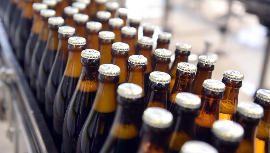 """Brauereien mit dem """"Rücken zur Wand"""": Die Stundung der Biersteuer soll ihnen Luft bei der Liquidität verschaffen. Ein Beispiel: Ein Kasten Bier mit 20 Flaschen je 0,5 Liter Bier wird umgerechnet mit rund 0,94 Euro Biersteuer belastet."""