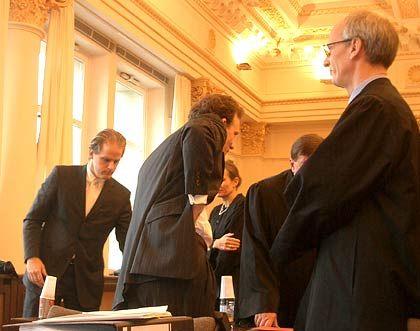 Gruppenbild mit Verteidigern: Falk mit Anwälten