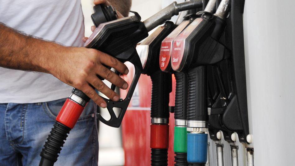 Benzinpreise deutlich gefallen: Vielerorts in Deutschland zahlen die Verbraucher für einen Liter Benzin E10 unter 1,20 Euro