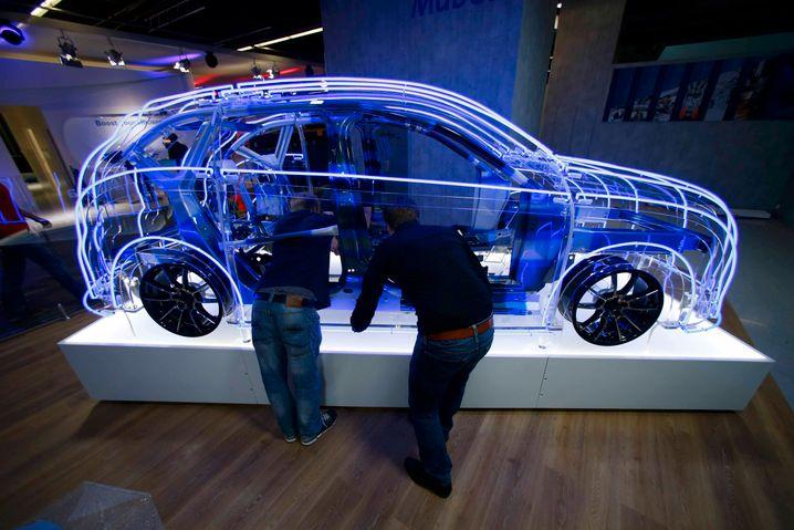 Auf den Messeständen der IAA laufen die letzten Vorbereitungen - bei Volkswagen und Daimler heißt es aber jetzt erstmal: Die Partynacht beginnt