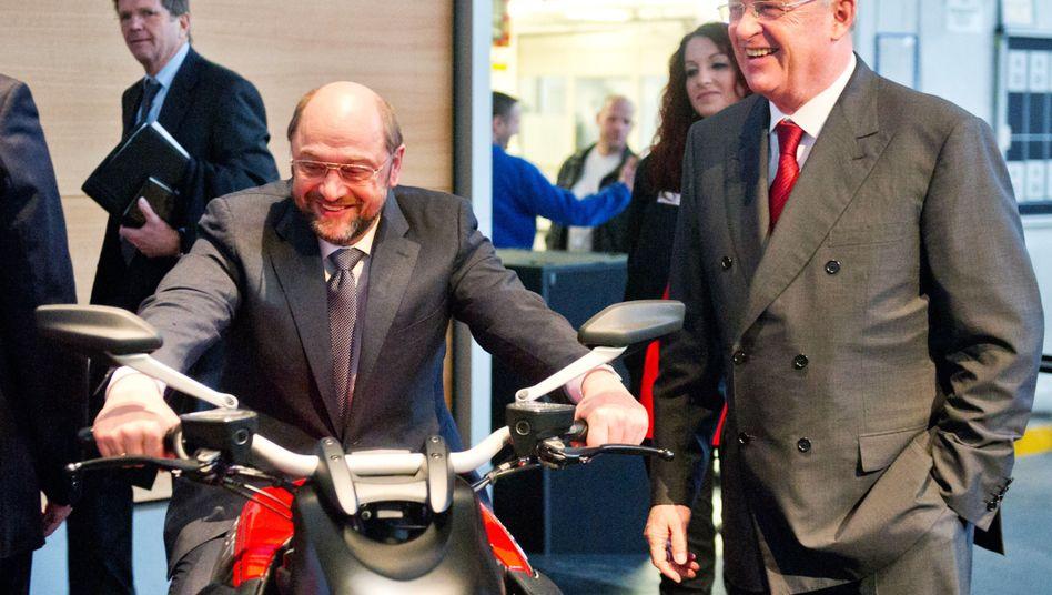 Das waren Zeiten: Martin Schulz, damals EU-Parlamentspräsident, 2013 mit Martin Winterkorn, damals VW-Chef, auf einer Betriebsversammlung in Wolfsburg. Eine Ducati mittendrin.