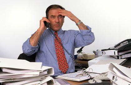Der Stresspegel steigt: Wenn sich auf dem Schreibtisch die Akten stapeln, kann der Job auf Dauer krank machen.