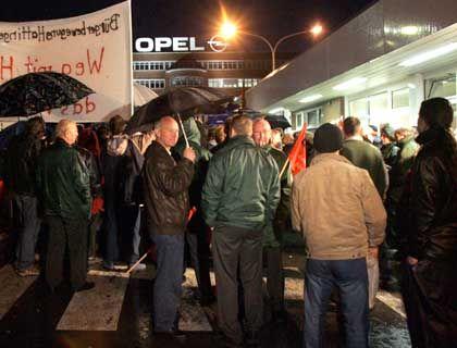 Ritt auf der Rasierklinge: Die Beschäftigten bei Opel Bochum wehren sich gegen das Kündigungsschwert von GM - aber offenbar nicht mit probaten Mitteln