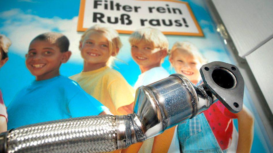Abgastechnik für Diesel-Autos: Ein größerer Filter hätte den Volkswagen Jetta laut Experten nur um gut 100 Euro verteuert. Im Bild: Werbung für den Rußpartikelfilter im Jahr 2004.
