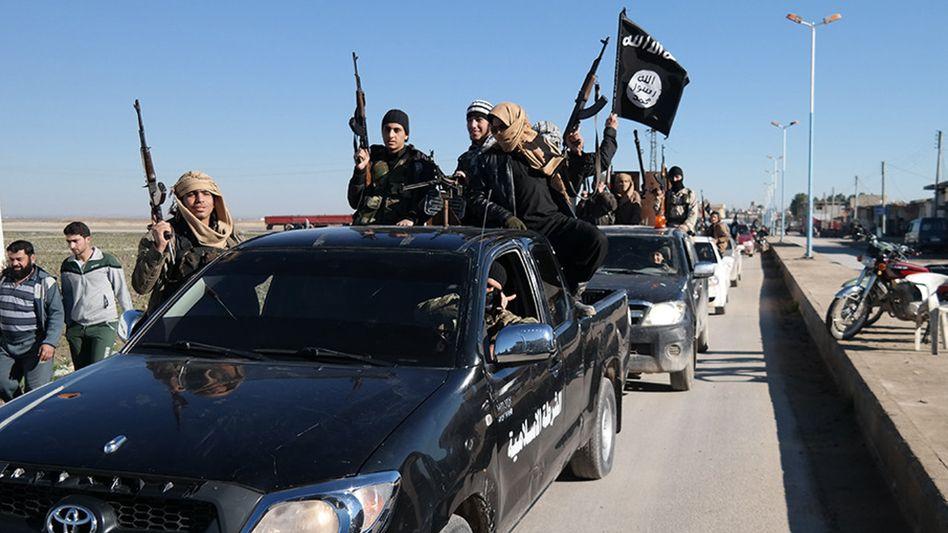Kämpfer des Islamischen Staates: Öl ist die finanzielle Grundlage des Terrorregimes. Tanklaster gehören daher zu den bevorzugten Zielen der französischen und US-amerikanischen Bomber