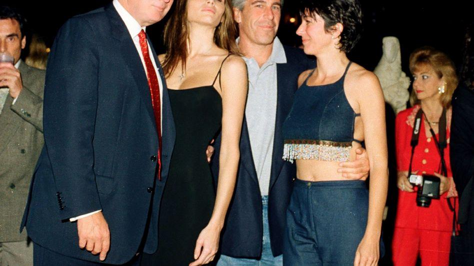 Alte Bekannte: Donald Trump (links), Jeffrey Epstein (2. von rechts) bei einer Party in Mar-a-Lago (Archiv)