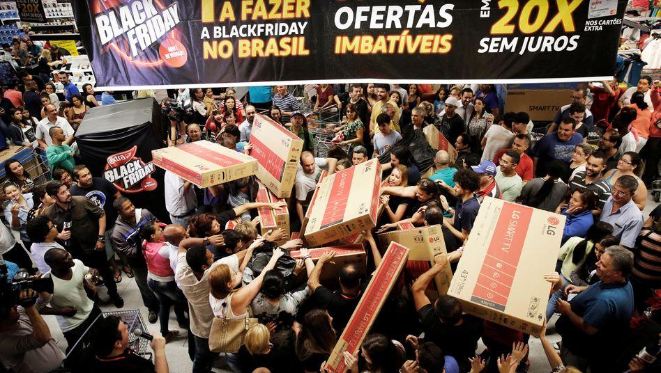 """Verkaufsschlacht: Händler heizen am """"Black Friday"""" weltweit (hier 2016 in Brasilien) die Umsätze an"""