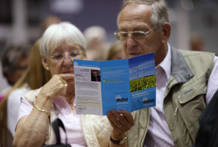 Zwei Prokon-Gläubiger auf der Versammlung Anfang Juli in Hamburg