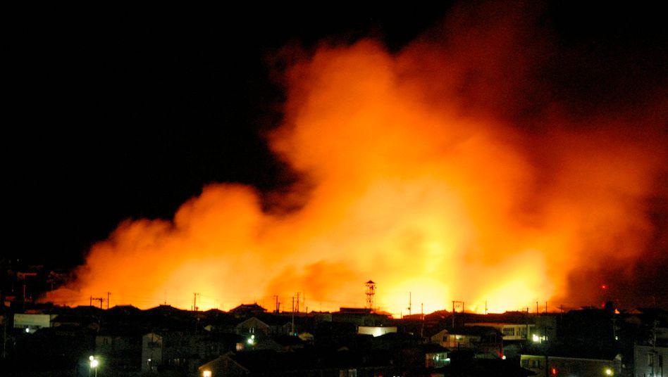 Brände in der Hafengegend von Iwaki: Japan ist von einem der heftigsten Beben seiner Geschichte erschüttert worden