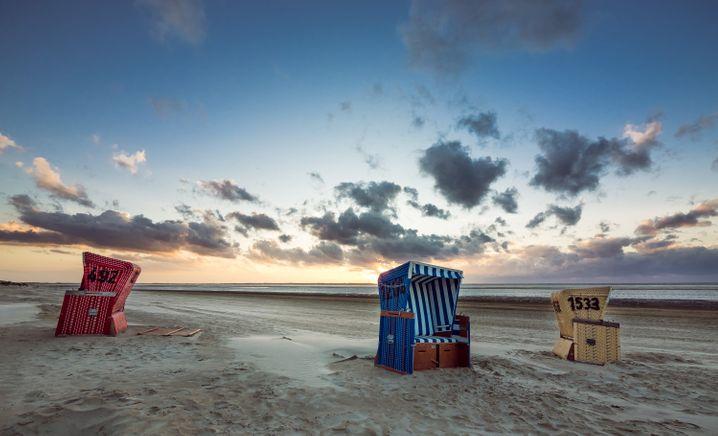 """Weiter Himmel: Auf der """"langen Insel"""" lässt sich im Strandkorb die Ruhe genießen."""