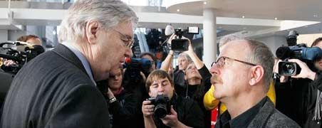 Kürzlich noch Feinde: GM-Europachef Nick Reilly (l.) und Opel-Betriebsratschef Klaus Franz gehen aufeinander zu