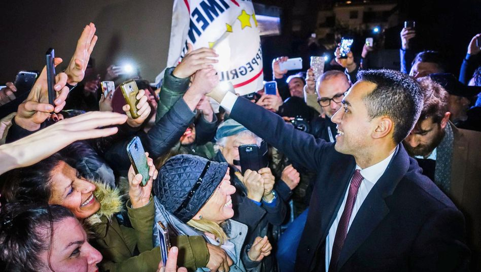 Luigi Di Maio: Der Spitzenkandidat der Fünf-Sterne-Bewegung, feiert mit seinen Anhängern nach der Wahl